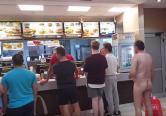 Plimbare în pielea goală, în Oradea: Un tânăr a mers gol pușcă la Mc Donald's