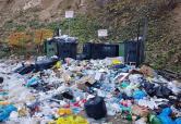 Turiştii care au mers la Cascada Oşelu, întâmpinaţi de un munte de gunoaie (FOTO)