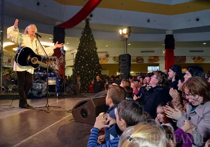 CULTUL HRUŞCĂ. Stabilit de mulţi ani în Canada, maramureşanul Ştefan Hruşcă se întoarce în fiecare iarnă în ţară pentru un turneu de Crăciun. În urmă cu doi ani, concertul său a umplut ERA Park, mulţimea de orădeni dornici să-l vadă şi audă creând un uriaş ambuteiaj înspre centrul comercial