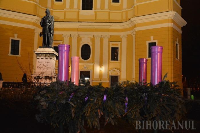 Pregătiri pentru Crăciun: A fost aprinsă prima lumânare din coroniţa de advent din faţa Catedralei Romano-Catolice (FOTO)
