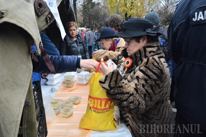 La mulţi ani, România! Fasolea cu ciolan oferită de Primăria Oradea de 1 Decembrie s-a epuizat în circa două ore (FOTO / VIDEO)