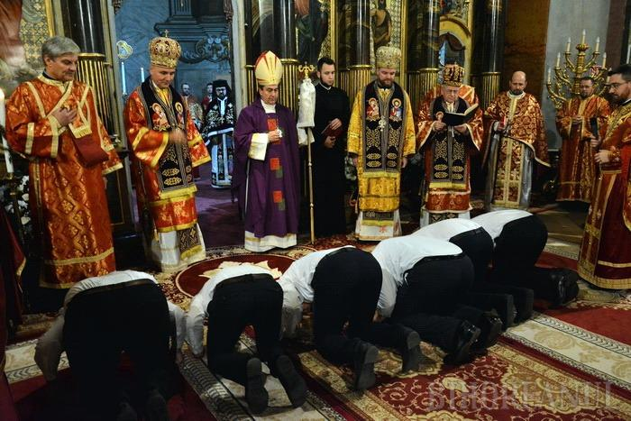 Catedrala Sf. Nicolae, plină de credincioşi: Şase episcopi şi doi arhiepiscopi au oficiat o Liturghie Arhierească la sărbătoarea seminarului greco-catolic din Oradea (FOTO)