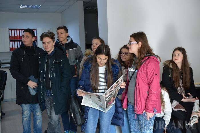 Şcoala altfel, la BIHOREANUL: Elevi de la Colegiul Mihai Eminescu au discutat cu jurnaliştii despre ştiri adevărate şi fake news (FOTO)