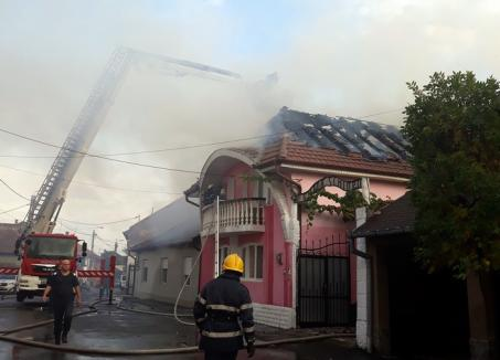Acoperişul unei vile din Oradea, distrus de flăcări (FOTO)