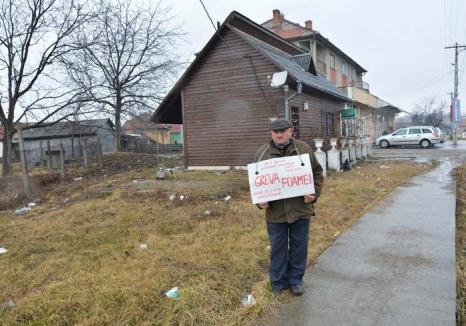 'Naţionalizat' cu repetiţie: Un pensionar din Lugaşu de Jos protestează în faţa Primăriei comunale care îl fură 'cu legea-n mână'