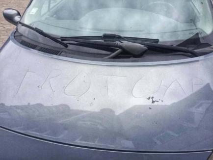 Pietoni bizoni: Un şofer s-a trezit cu maşina zgâriată, pentru că a parcat pe trotuar