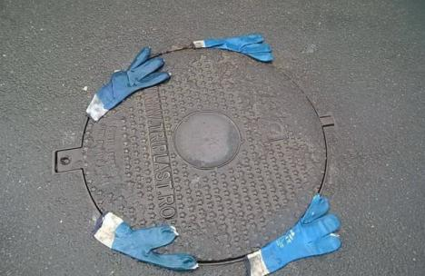 Nu-l călcaţi pe Dorel! Cum s-au gândit nişte muncitori să 'rezolve' o gură de canal din centrul Oradiei