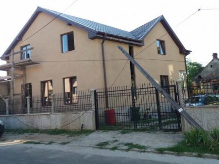 Semnal picat: Stâlpul unei companii de telefonie s-a prăbușit pe strada Robert Owen din Oradea