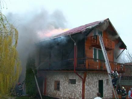 O casă din Borş a ars aproape în întregime