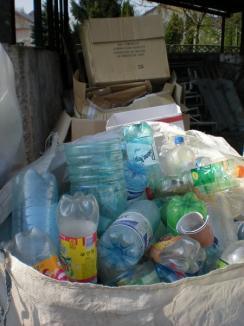 Jandarmii bihoreni, ecologişti convinşi: în patru luni, au strâns o tonă de PET-uri şi una de hârtie
