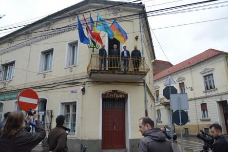 Tokes, înainte să arboreze steagul Ardealului sub ochii Poliţiei Locale: Ne uneşte şi ne reprezintă pe toţi, nu e un gest provocator (FOTO)