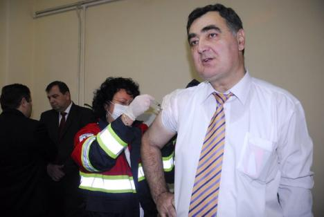 Prefectul, şeful DSP şi managerul Spitalului Judeţean sunt primii bihoreni vaccinaţi împotriva gripei AH1N1