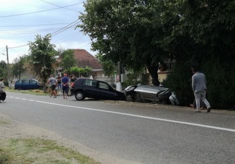 Depăşire pe interzis: Un tânăr de 22 ani şi-a băgat BMW-ul în şanţ