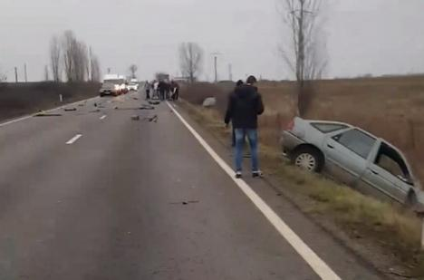 Accident cu patru victime pe DN 79: O persoană a murit, trei sunt în stare foarte gravă după ce două maşini s-au lovit frontal