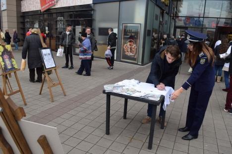 Poliţiştii au ieşit să le vorbească orădenilor despre eliminarea violenţei asupra femeilor (FOTO)