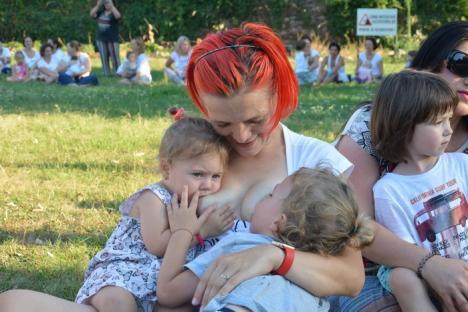 Marea 'ţiţileală': Zeci de mămici şi-au alăptat copiii în sincron, în parcul Cetăţii din Oradea (FOTO/VIDEO)