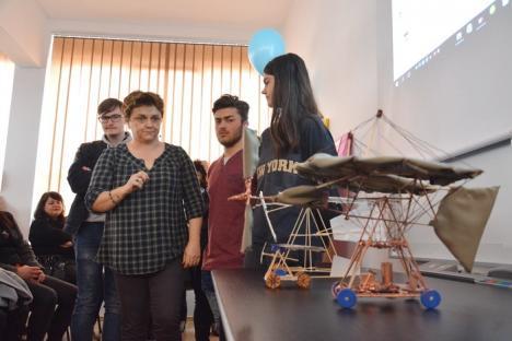 Liceenii de la Colegiul Traian Vuia şi-au omagiat patronul spiritual cu machete ale avionului cu care inventatorul a făcut primul zbor din lume (FOTO)
