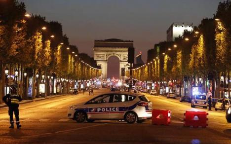 Atac armat în centrul Parisului: Un poliţist ucis, doi agenţi şi o turistă răniţi, atacatorul anihilat