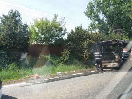 Un autobuz cu 17 pasageri a luat foc în mers, la Diosig. Nicio persoană nu a fost rănită (FOTO)