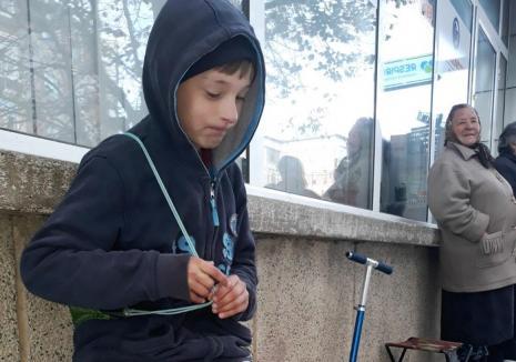 Emoţionant: Un băieţel de 10 ani îşi vinde jucăriile în stradă, ca să-şi cumpere haine de iarnă