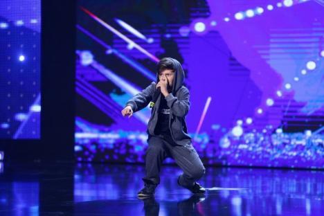 I-a dat pe spate! Un copil din Oradea, direct în semifinalele 'Românii au talent', după o demonstraţie de beatbox (FOTO/VIDEO)