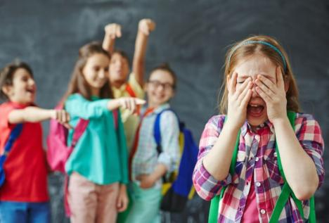 Diferenţa dintre bullying-ul fizic şi cel intelectual
