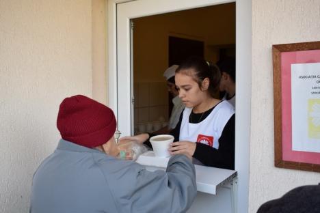 Elevii Colegiului 'Constantin Brâncuşi' au donat alimente pentru cantina Caritas Catolica