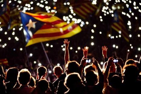 Catalonia şi-a proclamat independenţa faţă de Spania. În replică, Guvernul central a suspendat autonomia regiunii (VIDEO)