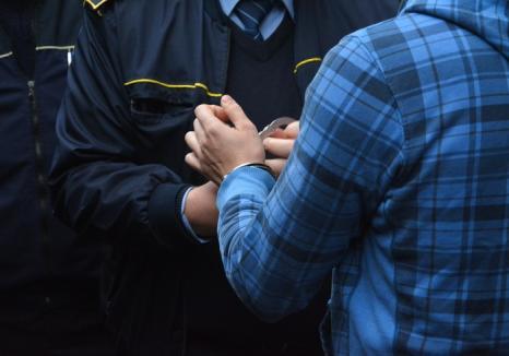 Hoţii din autoturisme din Marghita acţionau în bandă: Poliţiştii au mai reţinut un tânăr pentru furt calificat
