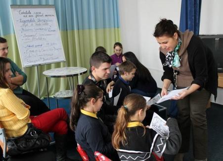Liceenii şagunişti le-au citit elevilor mici poveşti în engleză