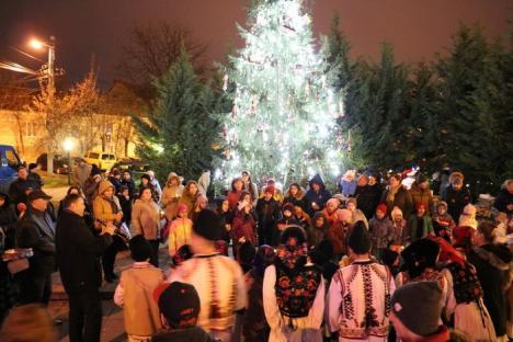'Bucuria este adevăratul dar al Crăciunului': S-au aprins lumininţele de sărbătoare şi pe Dealul Păcii (FOTO)
