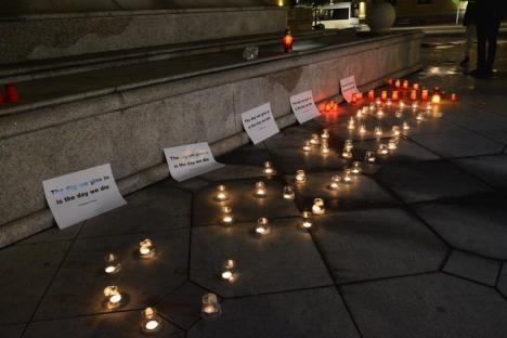 'Nu s-a schimbat nimic': Orădenii au comemorat victimele din Colectiv dezamăgiţi că, în doi ani, situaţia din spitale nu s-a îmbunătăţit (FOTO/VIDEO)