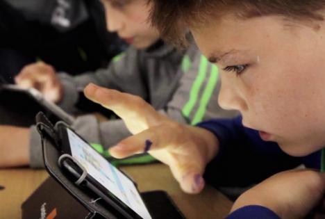 Digitaliada, la Sîntandrei: Elevii învaţă matematică şi informatică pe tabletă