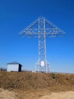 Şi-au pus cruce! Edilii din Nojorid au 'împodobit' comuna cu o cruce uriaşă din fier, făcută 'la poruncă divină' de o bucureşteancă (FOTO)