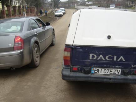 Şoferul unei maşini care transporta romi la vot, cercetat penal după ce a acroşat un bărbat care îl poza (FOTO)