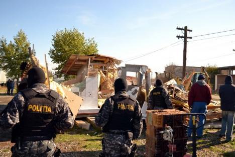 Cu mascaţii! Angajaţii Primăriei Oradea au chemat trupele de intervenţie pentru a putea demola o baracă ilegală din Episcopia (FOTO / VIDEO)