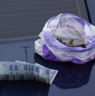 Traficanţi de droguri prinşi în flagrant (FOTO)