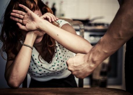 'Aripi frânte'. Eveniment de sensibilizare cu privire la violenţa în familie, la Primărie