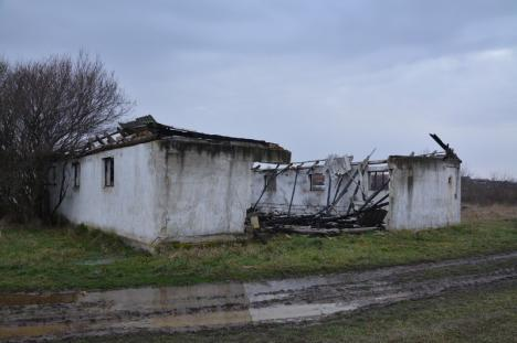 Gherila ortodoxă: Locuitorii unui sat de lângă Oradea au ajuns să-și otrăvească fântânile şi să-şi ardă proprietăţile, învrăjbiţi de preot (FOTO)