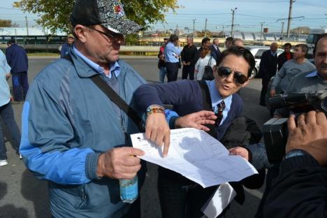 Nu cedează: În loc de majorări salariale, Bolojan anunţă reduceri la OTL! Primarul, huiduit de grevişti (FOTO)