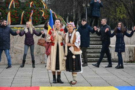 România, te iubesc! Studenţii basarabeni au încins Hora Unirii în parcul 1 Decembrie din Oradea (FOTO)