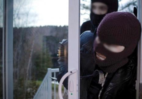 Hoţii care au îngrozit locuitorii din Ştei au fost arestaţi: Doi tineri, 'săltaţi' în urma percheziţiilor de miercuri