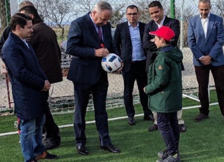 Mang, vedeta de la ţară: Liderul PSD Bihor a dat autografe pe mingi la inaugurarea unui teren de sport la Ţeţchea