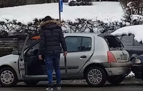 Pe străzile din România: Un şofer de 18 ani, reţinut de poliţiştii fiindcă a agresat un alt şofer, de 67 de ani, şi i-a distrus maşina (VIDEO)
