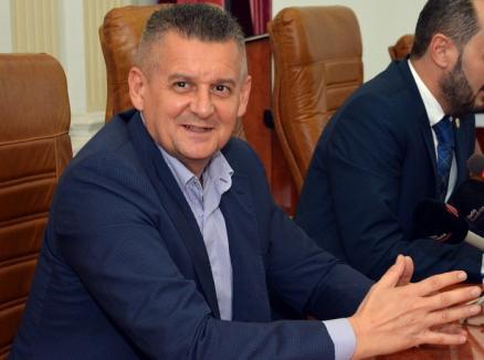 Bolojan la bani mărunţi: Prefectul Ioan Mihaiu îi cere Primăriei să mai taie din salariile 'umflate'