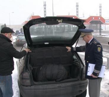 A vrut să treacă graniţa ilegal, ascuns printre valize în portbagajul unei maşini