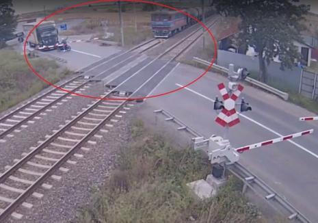 Cascador printre bariere: 3.400 de lei amendă pentru un motociclist care a trecut prin faţa unui tren şi i-a arătat semne oscene mecanicului (VIDEO)