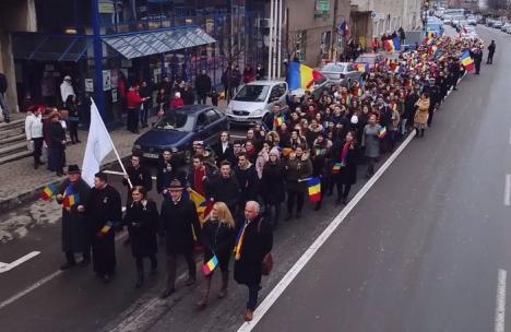 Cu tricolorul în marş: 450 de elevi din Marghita au străbătut oraşul, cântând imnul României (FOTO/VIDEO)