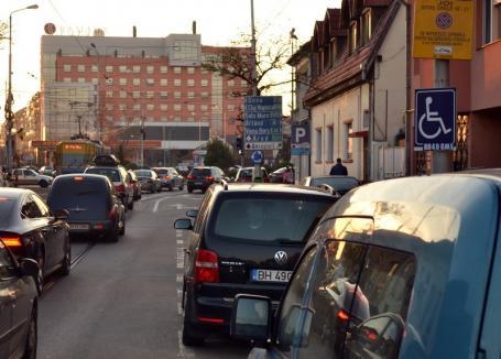 O parte a locurilor de parcare din strada Primăriei se anulează, pentru ca şoferii să nu mai blocheze liniile de tramvai