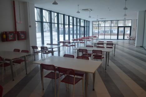 După un an. Jumătate din spaţiile de alimentaţie publică de la etajul Pieţei Rogerius au fost închiriate (FOTO)
